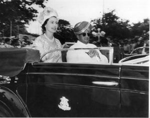Mysore Peta - Jayachamrajendra Wodeyar in traditional Mysore Peta with Queen Elizabeth II