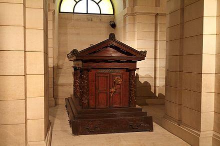 The tomb of Rousseau in the crypt of the Pantheon, Paris Jean-Jacques ROUSSEAU au Pantheon (Lunon).jpg