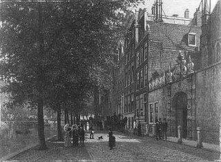 Oudezijds Voorburgwal in noordelijke richting, met poortje van Agnietenkapel