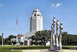 Le bâtiment administratif de Joint Base San Antonio – Randolph avec le monument de l'homme disparu au premier plan.
