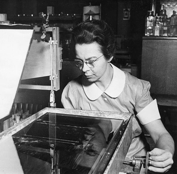File:Katharine Burr Blodgett (1898-1979), demonstrating equipment in lab.jpg