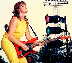 Katrina Leskanich spelar med Katrina and the Waves vid Six Flags Great Adventure i Jackson, New Jersey 1986.