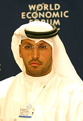 Khaldoon Al Mubarak, de face, portant un habit traditionnel.