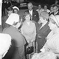 Koningin Juliana bezocht Rekkense Inrichting Hare Majesteit krijgt bloemen van D, Bestanddeelnr 917-8321.jpg