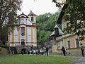 Kostel svatého Mikuláše a budova lázní.jpg
