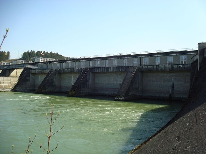 File:Kraftwerk Passau-Ingling, Maschinenhaus, Unterwasser 3.jpg