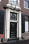 foto van Statig herenhuis met eenvoudige middenpartij en rechte kroonlijst