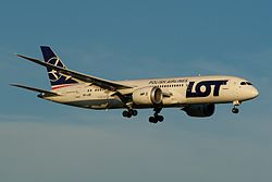 LOT Polish Airlines Boeing 787-8 SP-LRE (14020773270).jpg