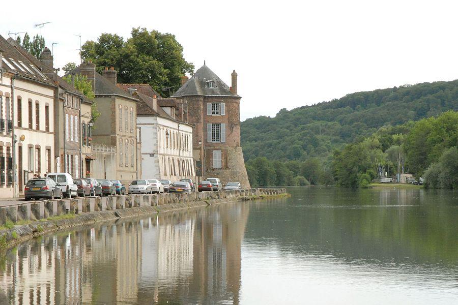 Villeneuve sur Yonne, jadis Villefranche le Roy, est aux confins de l'Ile de France, de la Champagne et de la Bourgogne,