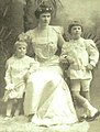 Louise Sneed Hill with sons, Crawford Jr. and Nathaniel in 1905.jpg