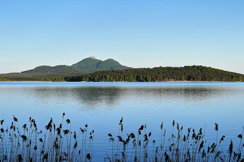 File:Máchovo jezero a kopce 2.jpg