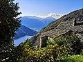 Maison en pierres sèches à Mergoscia et lac de Vogorno.jpg