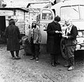 Mannen bij een bus - Stichting Nationaal Museum van Wereldculturen - TM-20011742.jpg