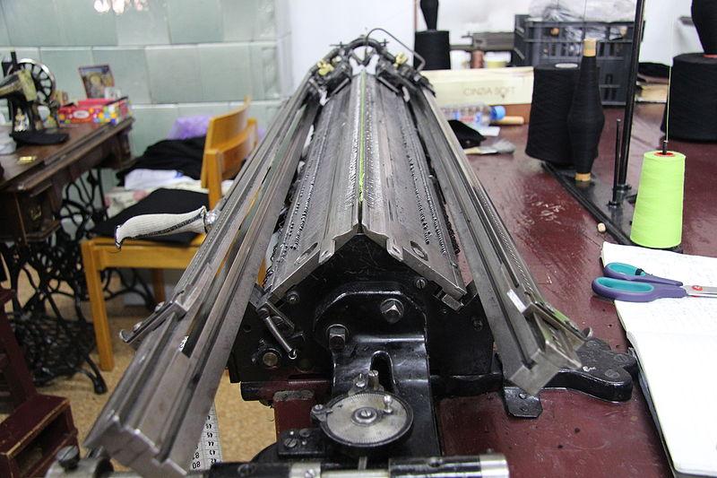 File:Maschine in der Textilwerkstatt des Kloster Agapia.JPG