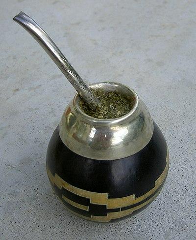 Tereré im traditionellen Trinkgefäss