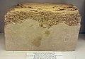 Mergelblok uit Maastricht met kalksteen uit Valkenburg (boven) en Lanaye, geologische collectie, Museum Het Land van Valkenburg, Limburg.jpg