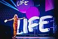 Moderatorin Susan Sideropoulos beim LIFEfest in der Olympiahalle München (GEDANKENtanken).jpg