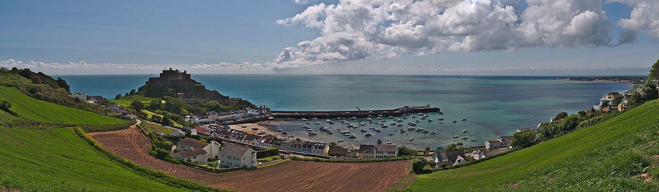 Ảnh về lâu đài Mont Orgueil qua cảng Gorey