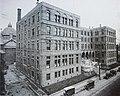 Montréal vers 1920. Rue Saint-Denis, coin Sud-Est de rue Sainte-Catherine.jpg