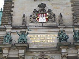 Il motto di Amburgo sopra l'ingresso principale del Rathaus (municipio)
