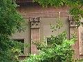 Museu Arqueològic - pilastres corínties entre els arbres.jpg