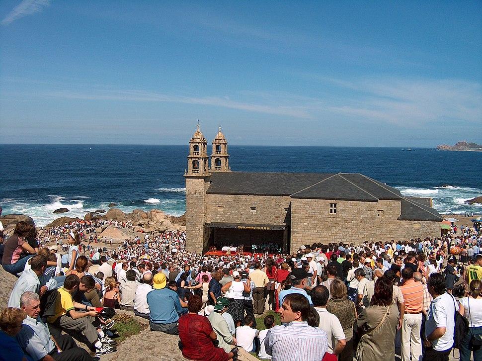 Muxía 20040912 Santuario da Virxe da Barca 12 Xente no exterior o día da romaría (3861746232)