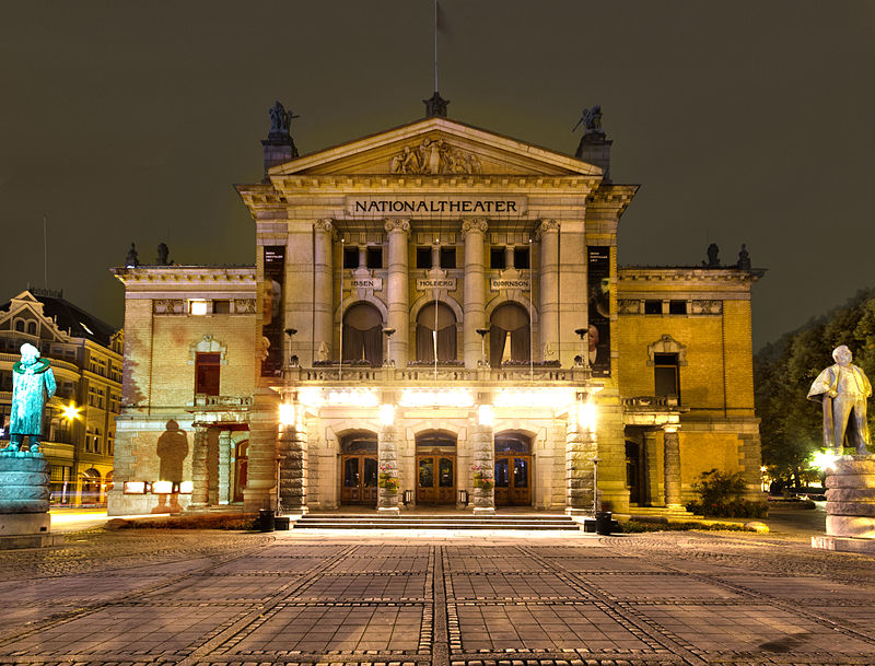 Norveška 800px-Nationaltheatret_Oslo_Front_at_Night