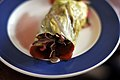Nordisk pulled pork i rulle af spidskål med syltede grøntsager med solbæreddike (9050603104).jpg