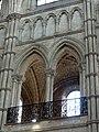 Noyon (60), cathédrale Notre-Dame, chœur, rond-point de l'abside, tribune et faux triforium côté nord.jpg