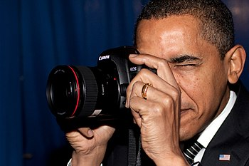 English: President Barack Obama using a Canon ...