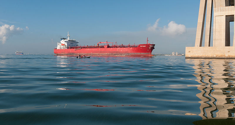 File:Oil tanker crossing the bridge over Lake Maracaibo 2.jpg