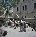 Ouders en kinderen bij de muur en ingang van een school, Bestanddeelnr 255-9270.jpg