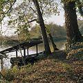 Overzicht bij het water, met afdak voor boot op de voorgrond - Glimmen - 20380159 - RCE.jpg