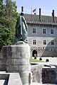 Paço dos Duques e Estátua de Afonso Henriques.jpg