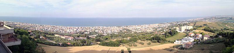 La zona costiera del paese vista dal belvedere di Tortoreto Alta