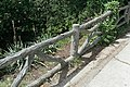 Parc des Buttes-Chaumont, garde-corps en béton 01.jpg