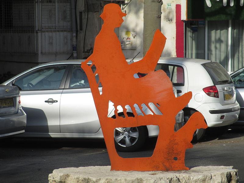 פסל קריאה שקטה בגבעתיים