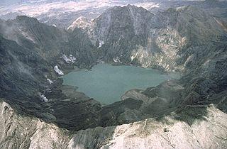 https://upload.wikimedia.org/wikipedia/commons/thumb/8/8f/Pinatubo92pinatubo_caldera_crater_lake.jpg/320px-Pinatubo92pinatubo_caldera_crater_lake.jpg