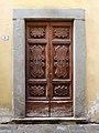 Pistoia, ospedale del ceppo, porta lignea del xviii secolo.jpg