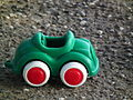 Plastikauto grün mit roten Reifen.JPG