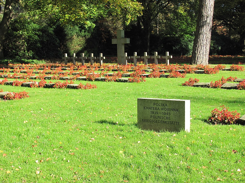 https://upload.wikimedia.org/wikipedia/commons/thumb/8/8f/Polnische_Kriegsgedenkst%C3%A4tte_Friedhof_Ohlsdorf.jpg/1024px-Polnische_Kriegsgedenkst%C3%A4tte_Friedhof_Ohlsdorf.jpg