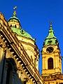 Prag - Turm und Kuppel derSt.-Nikolaus-Kirche am Kleinseitner Ring - Věž a kopule derSt. Mikuláše na Malostranském náměstí - panoramio.jpg