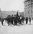 Primoli, Giuseppe - Vertreter des Volkes mit roter Fahne marschieren zum 1. Mai (Zeno Fotografie).jpg