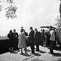 Prinses Juliana en prins Bernhard in gesprek met enkele personen op een terras, Bestanddeelnr 255-8097.jpg