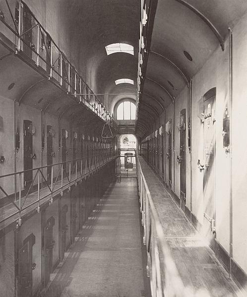 File:Prison de la Santé - Galerie cellulaire.jpg