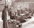 Prodaja rož na celjski tržnici 1961 (2).jpg