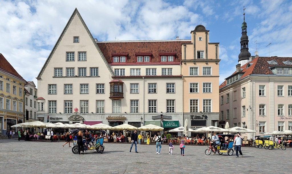 Nord de la place Raekoja Plats, place de l'hôtel de ville à Tallinn, Estonie. Photo de Cayambe