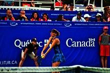 Une joueuse de tennis s'apprêtant à servir.