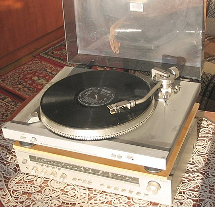 A Polish-made Unitra turntable atop an Electromures (Unitra-Diora) receiver, circa 1979 Romanian pickup1.jpg