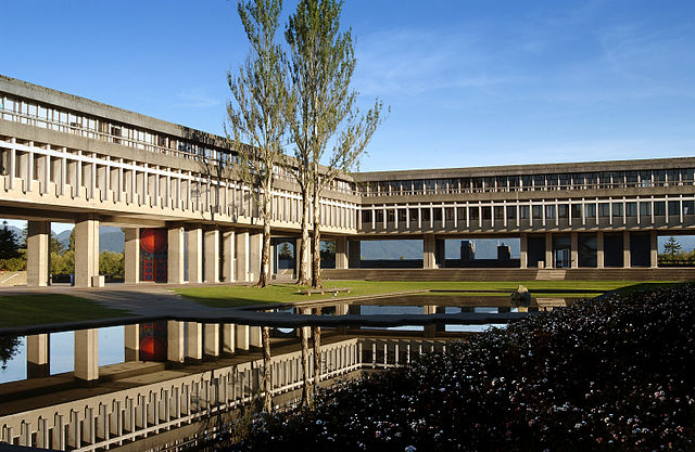 Simon Fraser University By SFU Business (Own work) [CC BY-SA 3.0 (https://creativecommons.org/licenses/by-sa/3.0) or GFDL (http://www.gnu.org/copyleft/fdl.html)], via Wikimedia Commons